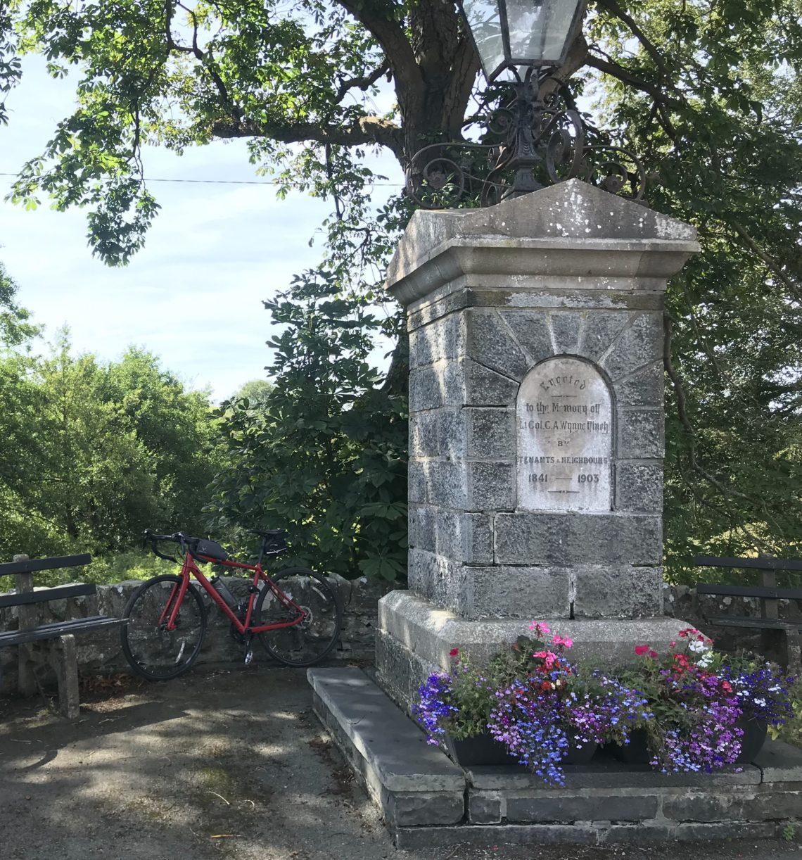 Adventure Road Bike nebst Gedenkstein in Wales