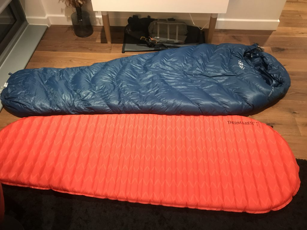 Daunenschlafsack und luftgepolsterte Isomatte