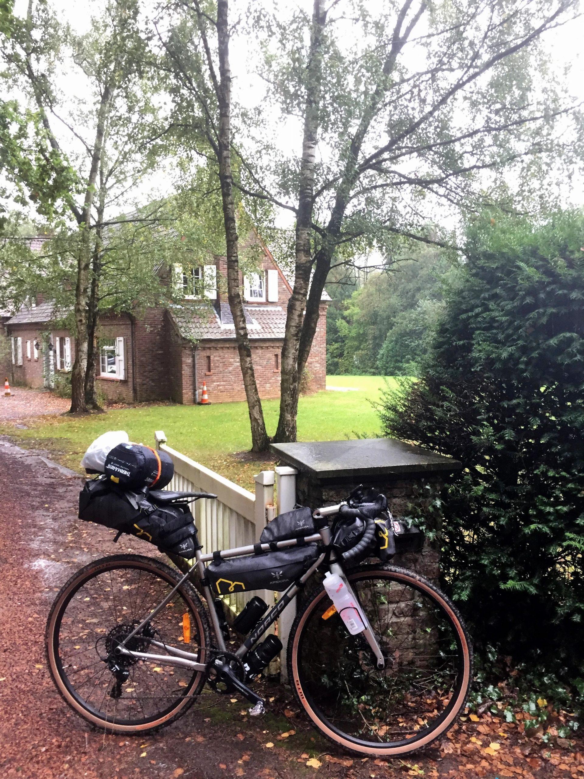 Gravel Bike bepackt vor Haus