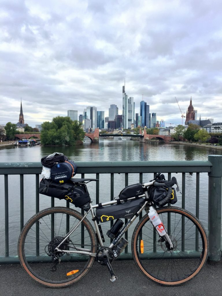 Gravel Bike vor Skyline Frankfurt