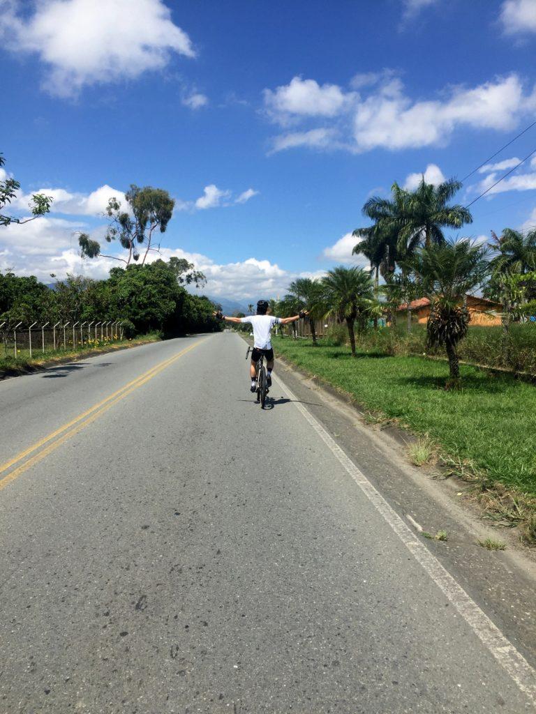 Radfahren in Kolumbien zwischen Palmen