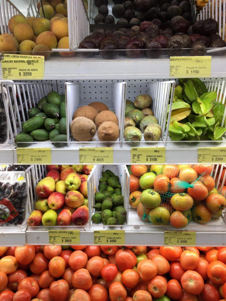 Kolumbianische Früchte im Obstregal
